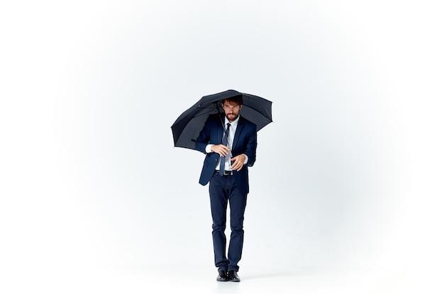 Biznes człowiek w garniturze parasol ochrona przed deszczem elegancki styl jasnym tle. zdjęcie wysokiej jakości