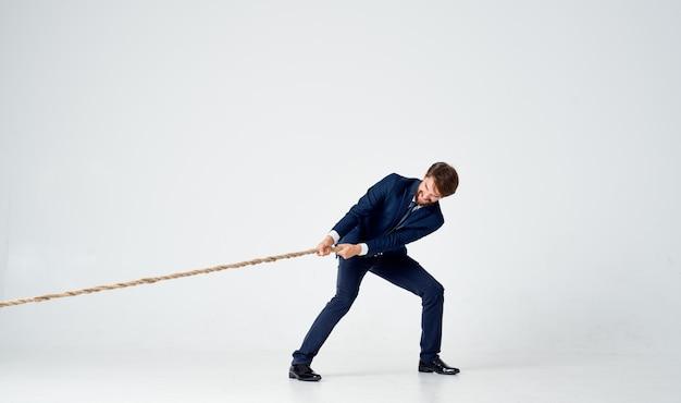 Biznes człowiek w garniturze taniec prawodawca studio światło tło pracy. zdjęcie wysokiej jakości
