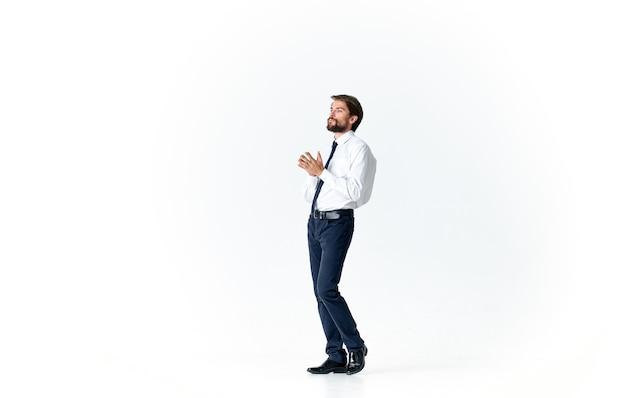 Biznes człowiek w koszuli z krawatem pracy biurowej studio jasnym tle. zdjęcie wysokiej jakości