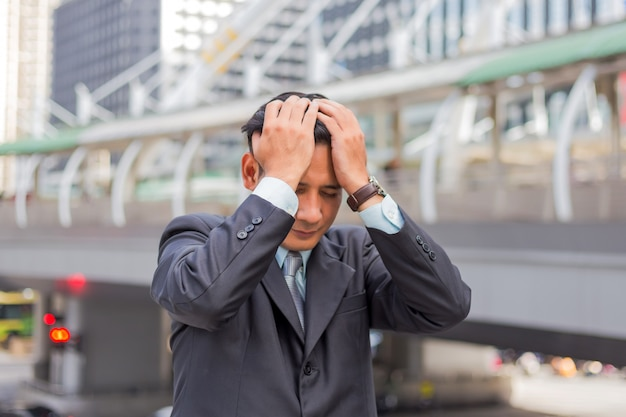 Biznes człowiek zmęczony lub zestresowany po swojej pracy. wizerunek zaakcentowany biznesmena pojęcie.