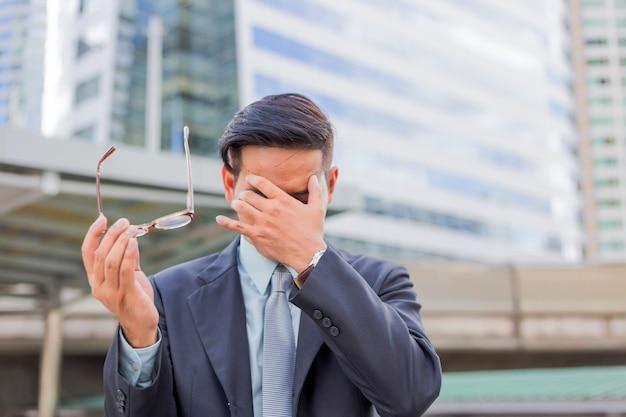 Biznes człowiek zmęczony lub zestresowany po swojej pracy