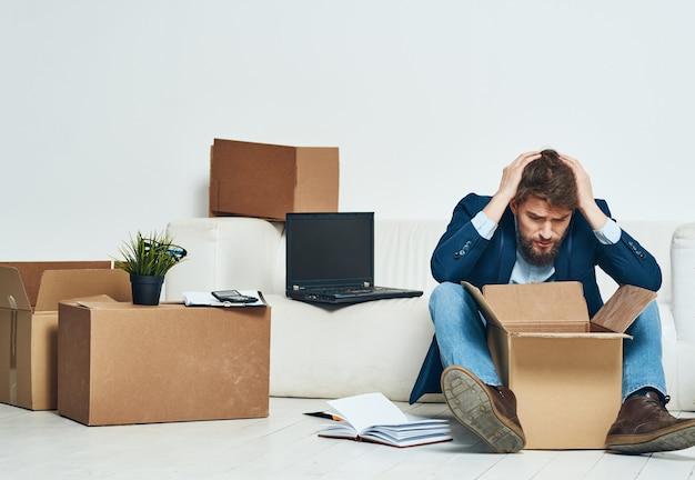 Biznes człowiek zwolniony kierownik pakowania rzeczy