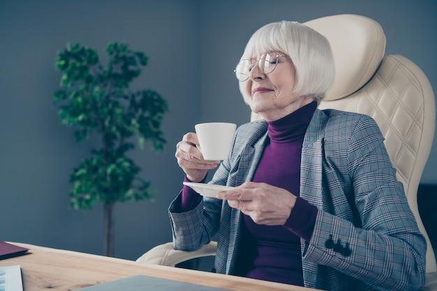 Biznes dama przy biurku picia kawy