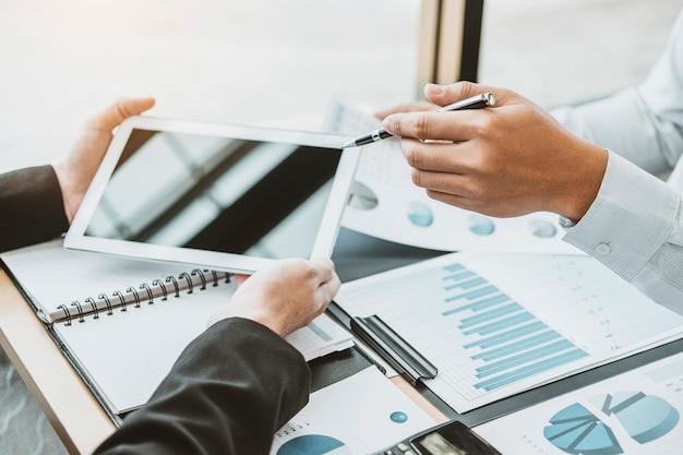 Biznes drużyna doradza spotkanie pracuje i burzy mózgów nowego biznesowego projekta finanse inwestyci pojęcie.