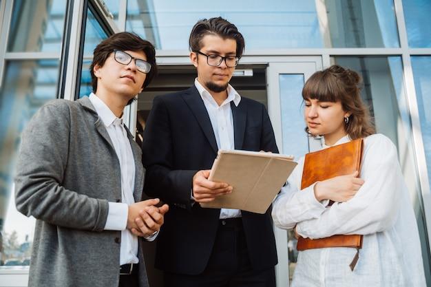 Biznes drużyna dwa mężczyzna i kobieta pracuje wpólnie outside.