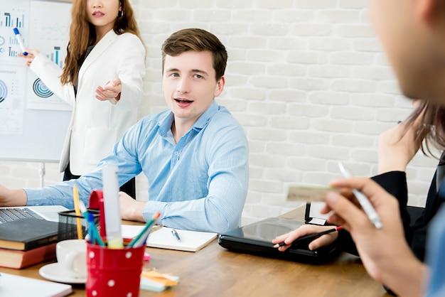 Biznes drużyna dyskutuje pracę przy spotkaniem w biurze