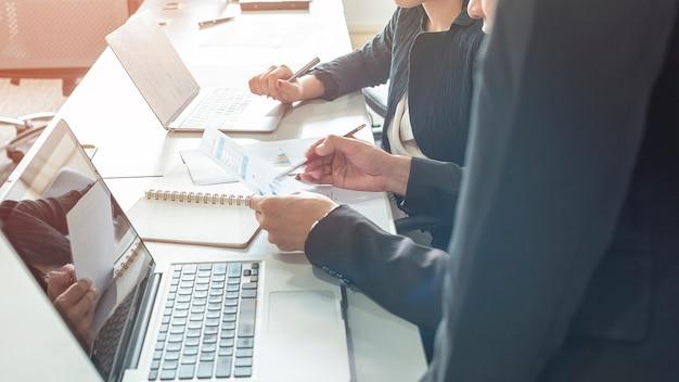 Biznes drużyna dyskutuje rynek papierów wartościowych sporządza mapę w biurze