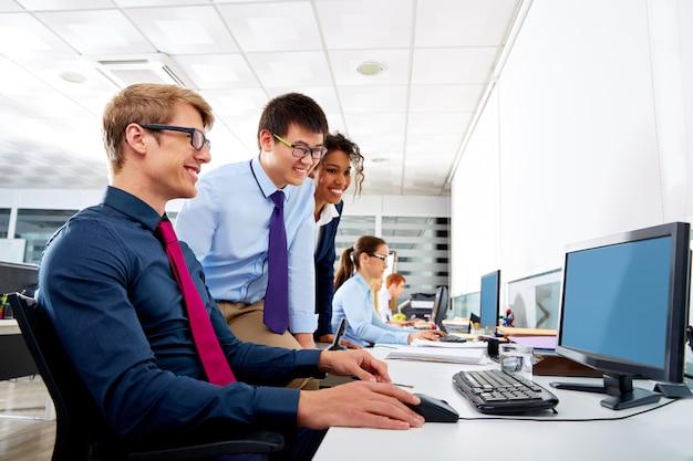 Biznes drużyna młodzi ludzie wielo- etniczną pracę zespołową
