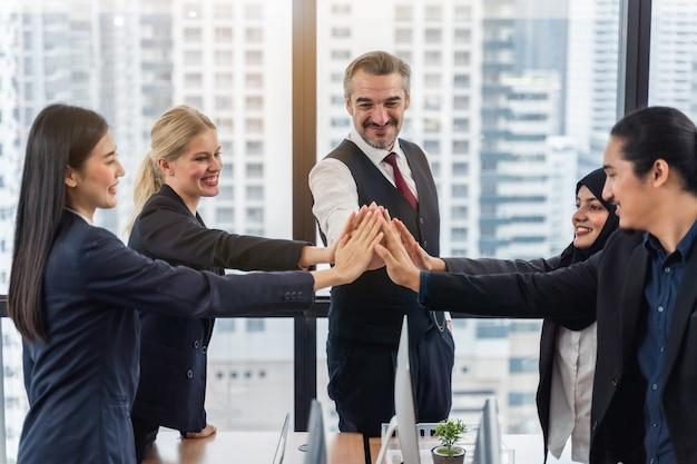 Biznes drużyna pokazuje jedność z ich rękami wpólnie. koncepcja jedności i pracy zespołowej