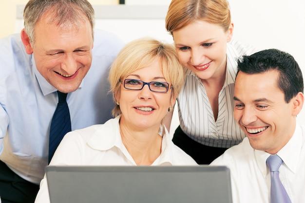 Biznes drużyna pracuje na komputerze