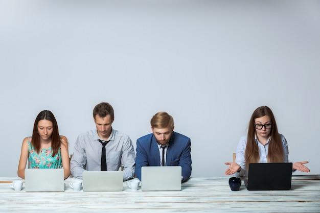 Biznes drużyna pracuje nad ich biznesowym projektem wpólnie przy biurem
