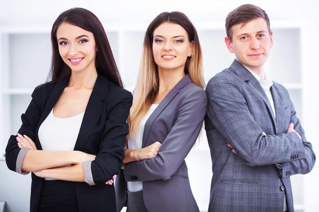 Biznes drużyna pracuje w biurze