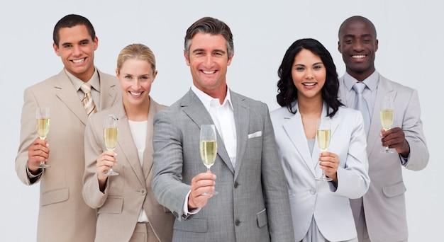 Biznes drużyna świętuje sukces z szampanem