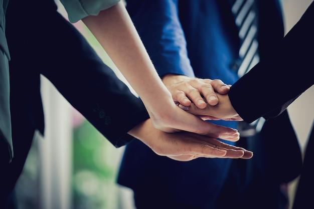 Biznes drużyna układa ręce pracy zespołowej koncepcji