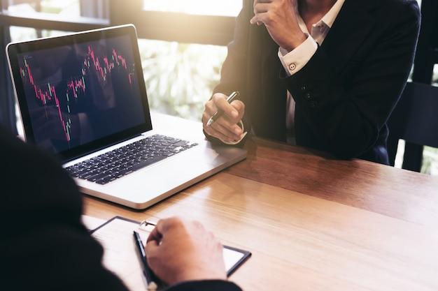 Biznes drużynowa inwestycja pracuje z komputerem i analiza wykresu rynku papierów wartościowych handlować