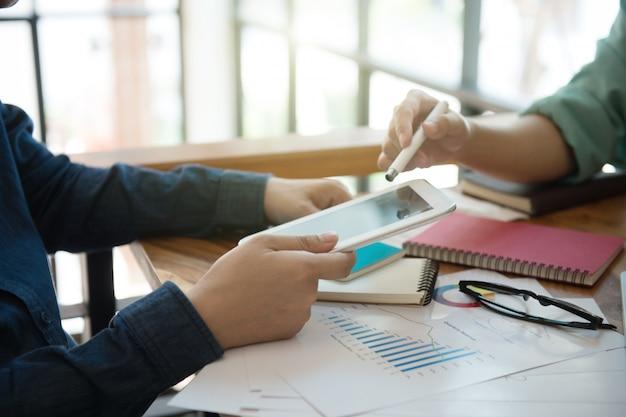 Biznes drużynowa odprawa marketingowa strategia z laptopu biurem w domu.