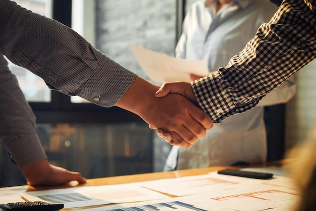 Biznes drżenie rąk ludzie zgoda sukcesu koncepcji.