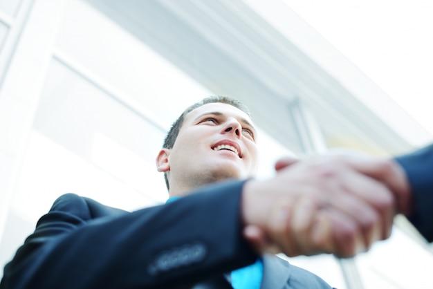 Biznes drżenie rąk z miejsca na kopię (selektywne focus)