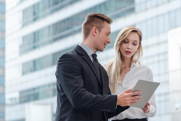 Biznes dyskutuje o pracy, giełdzie i tablecie w mieście