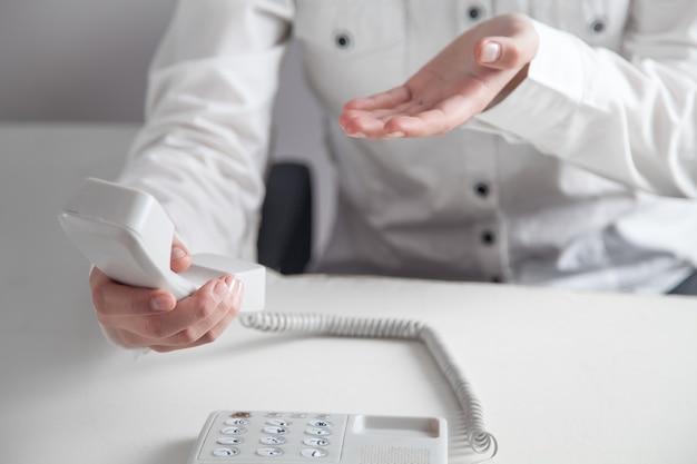 Biznes dziewczyna za pomocą telefonu w biurze. koncepcja kontaktu