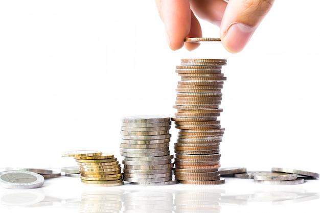 Biznes finanse i pieniądze pojęcie, mężczyzna ręka stawia monetę pieniądze, biznesowy pomysł