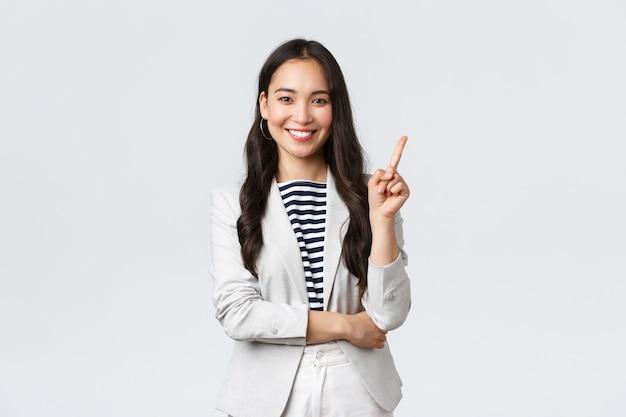Biznes, finanse i zatrudnienie, koncepcja kobiet przedsiębiorców sukcesu. odnosząca sukcesy kobieta interesu, azjatycki pośrednik w obrocie nieruchomościami, wskazujący palec, pokazujący numer jeden i uśmiechnięty