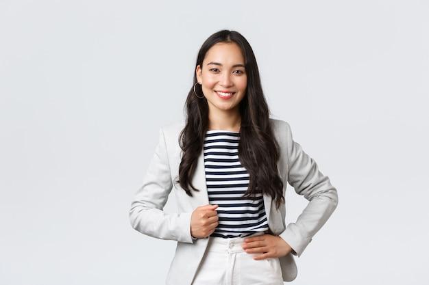 Biznes, finanse i zatrudnienie, koncepcja kobiet przedsiębiorców sukcesu. pewna siebie, dobrze wyglądająca kierowniczka biura kobiecego, pani w białej kurtce uśmiechnięta i wyglądająca na zdeterminowaną, by wygrać sprawę w sądzie.