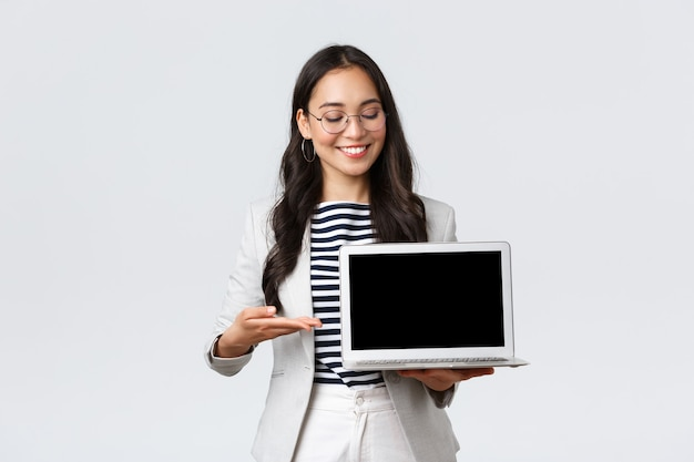 Biznes, finanse i zatrudnienie, koncepcja kobiet przedsiębiorców sukcesu. profesjonalna bizneswoman, pośrednik nieruchomości, wskazujący palcem na ekran laptopa, pokazujący dobrą ofertę, mający spotkanie