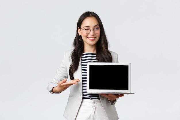 Biznes, finanse i zatrudnienie, koncepcja kobiet przedsiębiorców sukcesu. profesjonalna bizneswoman, pośrednik w handlu nieruchomościami, wskazujący dłoń na ekran laptopa, pokazujący dobrą ofertę, mający spotkanie