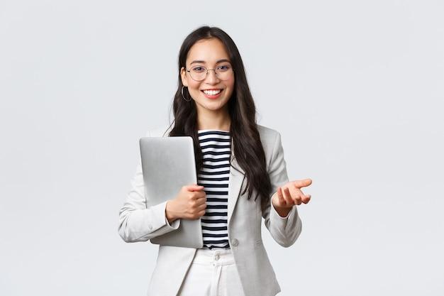 Biznes, finanse i zatrudnienie, koncepcja kobiet przedsiębiorców sukcesu. uśmiechnięta profesjonalna bizneswoman, pośrednik w obrocie nieruchomościami pokazujący klientom dobry interes, niosący laptopa w ręku