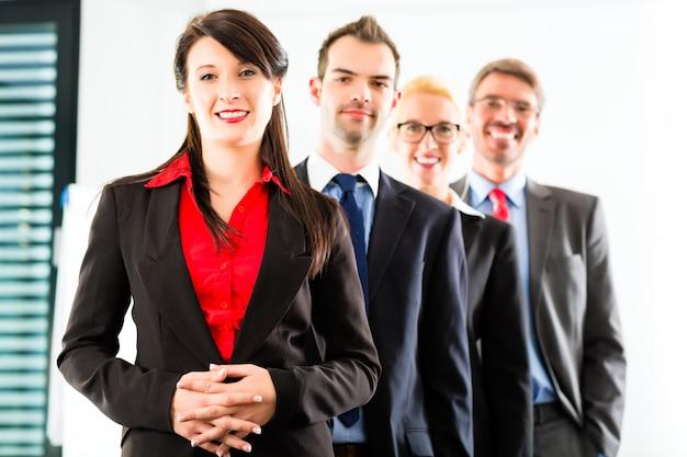 Biznes, grupa przedsiębiorców w biurze