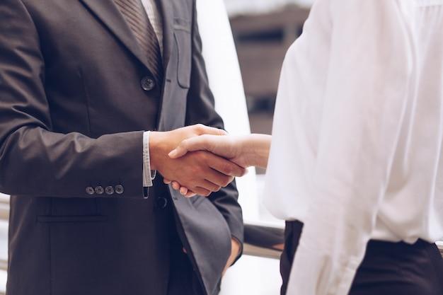 Biznes i bizneswoman drżenie rąk, po spotkaniu