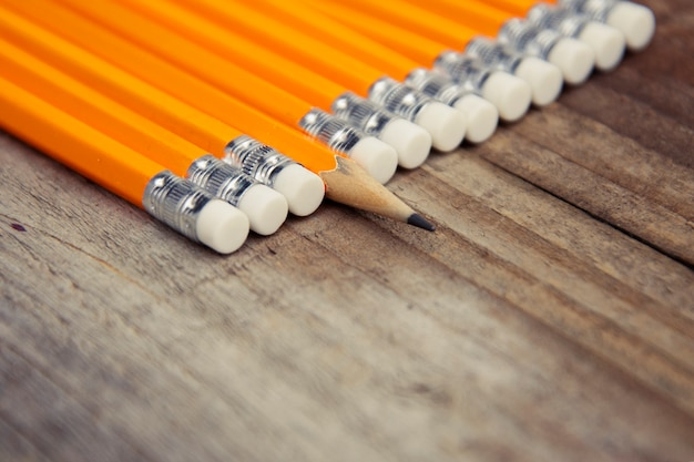 Biznes i edukacja rustykalny drewniany z żółtymi ołówkami. miejsce na przesłanie motywacyjne.