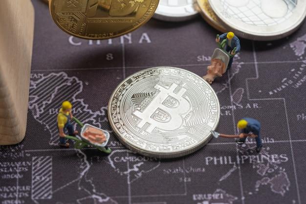 Biznes i finanse, górnicy pracujący w kopalni bitcoin.
