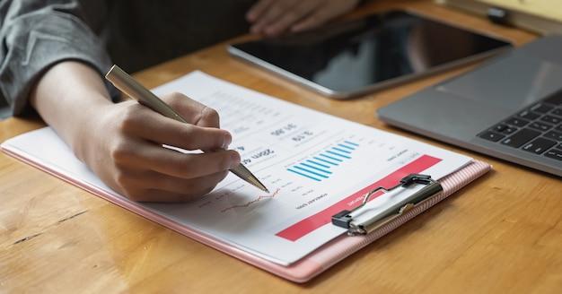 Biznes kobieta analizuje i omawia dokument biznesowy wykres.