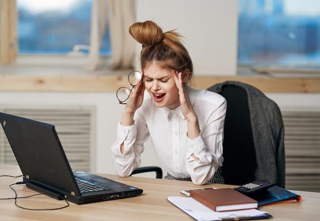 Biznes kobieta biurko do pracy laptop kierownik wykonawczy technologii biurowych