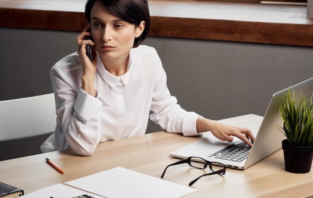Biznes kobieta biurko laptop internet technologia profesjonalna
