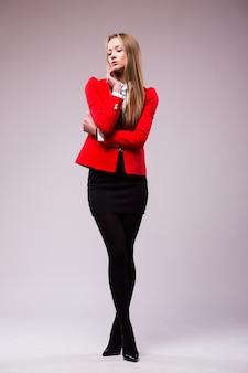 Biznes kobieta całe ciało stoi na białym tle na białej ścianie z miejsca na kopię.