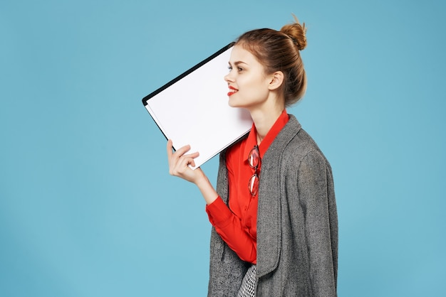 Biznes kobieta czerwona koszula sekretarka niebieskie tło