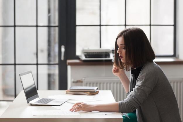 Biznes kobieta czyta dokumenty