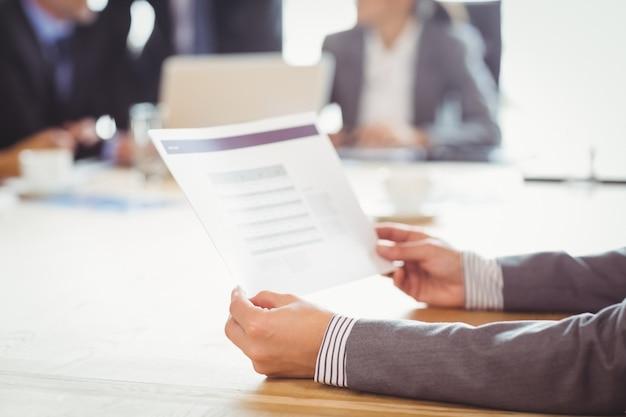 Biznes kobieta czyta raport