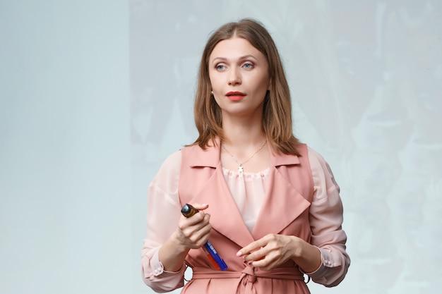 Biznes kobieta gesty prowadzi szkolenie