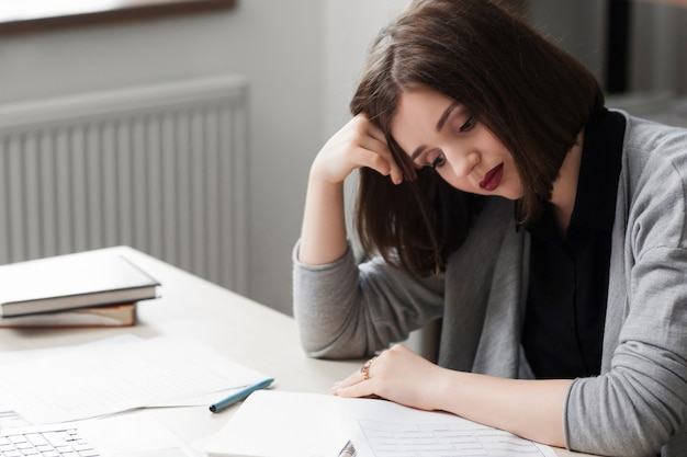 Biznes kobieta marzy o wakacjach w pracy