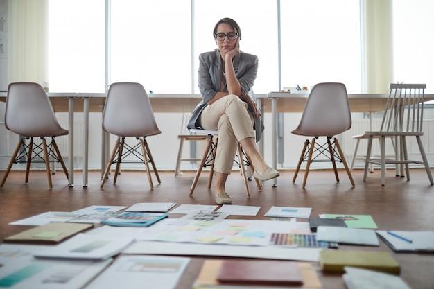 Biznes kobieta myśli o projekcie