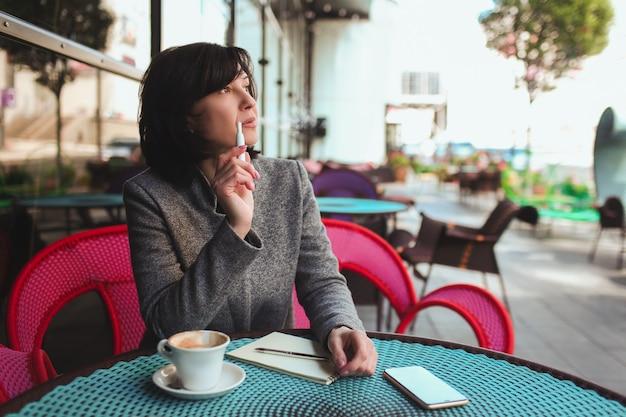 Biznes kobieta na tarasie kawiarni