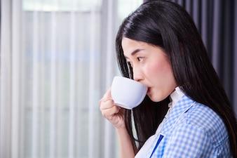 Biznes kobieta picia filiżankę kawy lub herbaty