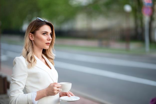 Biznes kobieta pije kawę na ulicy