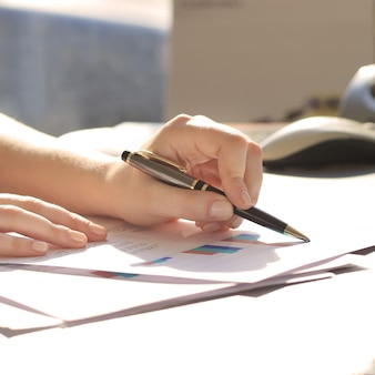 Biznes kobieta pisania piórem w biurze