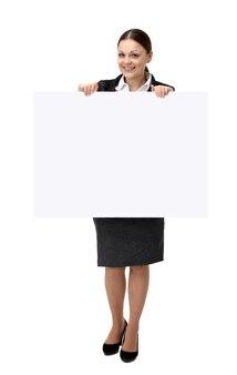Biznes kobieta pokazuje pustą tablicę znak