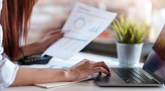 Biznes kobieta pracująca w finansach i rachunkowości analizuj budżet finansowy w domu, praca w domu koncepcja